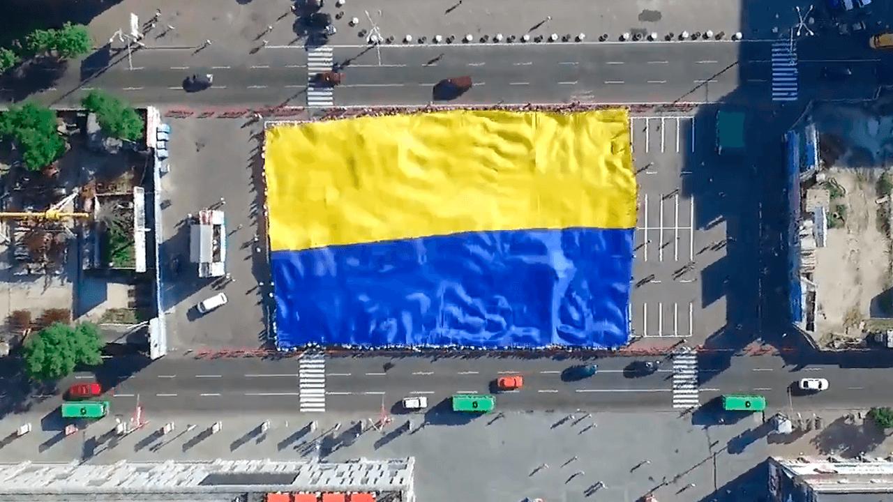 Самый большой флаг Украины в Днепре (26.06.2016). Как выглядит самый большой флаг с высоты